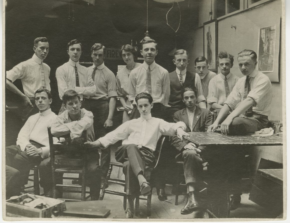 Black and white photograph of a class at the Portland Art School in 1910. Raymond Jonson is pictured at the top left of the image.)